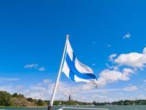 Finnische Markierungsfahne über Hafen bei Naantali, Finnland Lizenzfreies Stockfoto