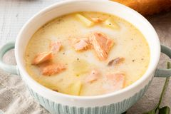 Finnische sahnige Suppe mit Lachsen, Kartoffeln, Zwiebeln und Karotten stockbilder