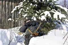 Finnische Soldatziele von einem Gewehr Stockfoto
