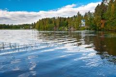 Finnischer See mit Häusern Lizenzfreie Stockfotografie