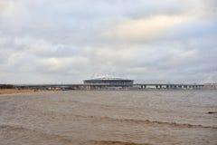 Finnisches Meerbusen von Ostsee und von neuem Stadion St Petersburg stockfotos