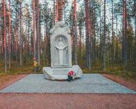 Finnland Suomussalmi, für das Gedächtnis der 44. ukrainischen Abteilung das wo gestoppter im Jahre 1939 Kampf von Raatteen-Straße Stockfotos