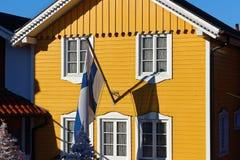Fins rijtjeshuis met vlag stock afbeeldingen