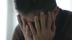 24 fins tenues dans la main visuelles de tir de fps vers le haut du jeune homme à la maison semblant déprimé banque de vidéos