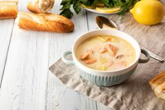 Finse romige soep met zalm royalty-vrije stock afbeelding