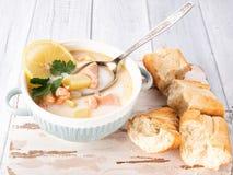 Finse romige soep met zalm, aardappels, uien, en wortelen stock afbeelding