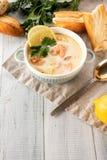 Finse romige soep met zalm, aardappels, uien, en wortelen royalty-vrije stock fotografie