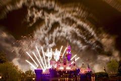 Finstere Disneyland-Feuerwerke Stockfotos