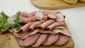 Fint - huggit av kött ligger med ett grönsallatblad lager videofilmer