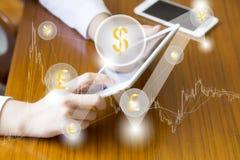 Fintech财务技术企业片剂计算机网概念 金钱与云彩货币美元eur bitcoin的钝齿轮象 贸易 免版税库存照片