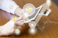 Fintech-Finanztechnologiegeschäftstablet-computer-Netzkonzept Geldzahnradikone mit Wolkenwährungs-Dollar Eur bitcoin handel stockbild