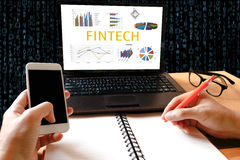 Fintech-Investitions-Finanzinternet-Technologie-Konzept Mann wo Lizenzfreies Stockbild