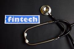 Fintech på papper svart stetoskop vart begreppshanden har den sena pillen för sjukvårdhjälp royaltyfri fotografi