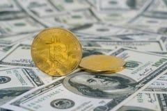 Fintechconcept met Bitcoin op Dollarbankbiljet Stock Foto's