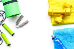 fintess in gymnastiek Domoren, springtouw, expander, mat, water op de witte ruimte van het achtergrond hoogste meningsexemplaar Royalty-vrije Stock Afbeelding
