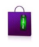 Fiołkowa torba na zakupy i rabata karta nad bielem Zdjęcie Stock