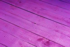Fiołkowy modny drewniany nieociosany gradientowy tło fotografia royalty free