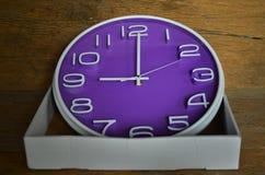 Fiołkowy okręgu zegar w białym papierowym pudełku Zdjęcie Stock