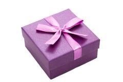 Fiołkowy prezenta pudełko z faborkiem odizolowywającym Zdjęcie Stock
