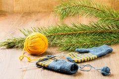 Fio, agulhas de confecção de malhas e mitenes Foto de Stock Royalty Free
