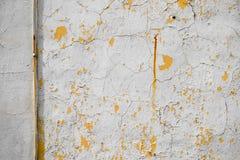 Fio amarelo em uma parede velha com emplastro da casca fotos de stock