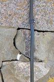 Fio bonde em parede de pedra rachada Fotografia de Stock Royalty Free