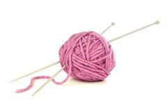 Fio cor-de-rosa com agulhas de confecção de malhas Fotografia de Stock