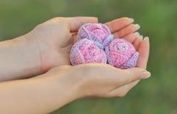 Fio cor-de-rosa feito malha do fio de mescla feito a mão Foto de Stock Royalty Free