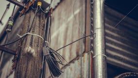 Fio da distribuição da eletricidade em Polo de madeira fotografia de stock