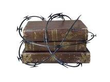 Fio da lâmina em torno dos livros velhos Fotografia de Stock Royalty Free