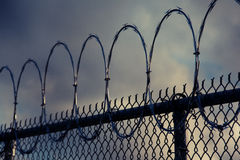 Fio da lâmina em uma cerca da prisão imagem de stock