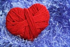 Fio das lãs no símbolo da forma do coração Fotografia de Stock Royalty Free
