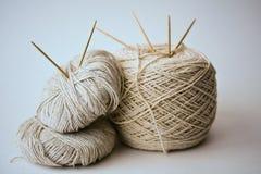 Fio de algodão com agulhas Fotografia de Stock Royalty Free
