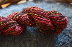Fio de lãs colorido para fazer malha imagem de stock