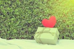 Fio e caixa de presente vermelhos do coração Fotos de Stock Royalty Free