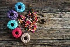 Fio e grânulos coloridos na forma do coração Imagem de Stock Royalty Free