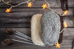 Fio para confecção de malhas e agulhas no fundo de madeira Fotografia de Stock Royalty Free