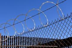 Fio sanfona da cerca nas prisões imagens de stock royalty free