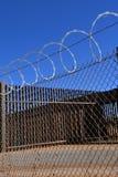 Fio sanfona sobre cercas da barreira foto de stock