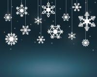 Fiocchi bianchi della neve che appendono sulle corde Immagini Stock