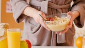 Fiocchi di avena equilibrati di nutrizione della prima colazione sana video d archivio