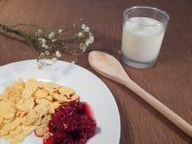 Fiocchi di granturco e latte, prima colazione Immagini Stock Libere da Diritti