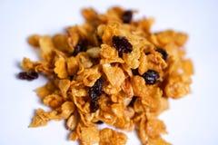 Fiocchi di mais caramello, ribes, anacardio su fondo bianco Fine in su fotografie stock libere da diritti