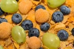 Fiocchi di mais con frutta Fotografia Stock