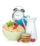 Fiocchi di mais freschi con le bacche ed il latte Immagini Stock Libere da Diritti