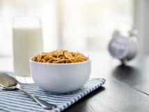 Fiocchi di mais sani con latte per la prima colazione sulla tavola fotografie stock libere da diritti