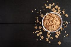 Fiocchi di mais sani con latte per la prima colazione sulla tavola, sull'alimento e sulla bevanda immagine stock libera da diritti