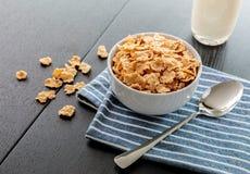Fiocchi di mais sani con latte per la prima colazione sulla tavola, sull'alimento e sulla bevanda fotografia stock