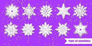Fiocchi di neve bianchi con ombra su fondo porpora taglio della carta La VE illustrazione di stock