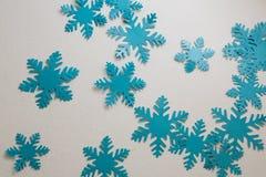 Fiocchi di neve blu su priorità bassa bianca Fotografia Stock Libera da Diritti
